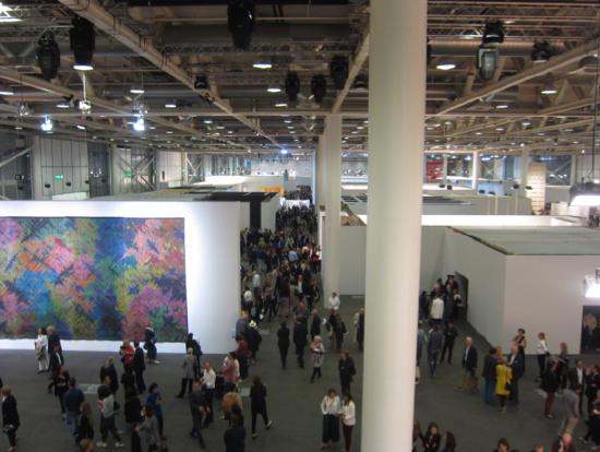 大規模作品のみ展示するUnlimitedの会場内。2006年、日本の建築家、石上純也さんが4隅の4脚だけで支える20メートルほどの長さのある薄さ3ミリのテーブルを出品して、来場者の度肝を抜いたのもこの会場。