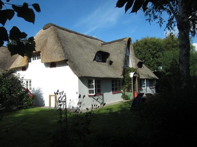 島伝統の茅葺き屋根を被った可愛らしい貸別荘が島にはたくさん。
