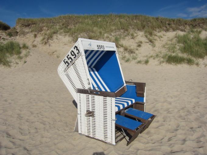 屋根付きのビーチチェアー。2段階でリクライニングができて、足置きも引き出せる。一昔前の飛行機のビジネスクラスみたい。