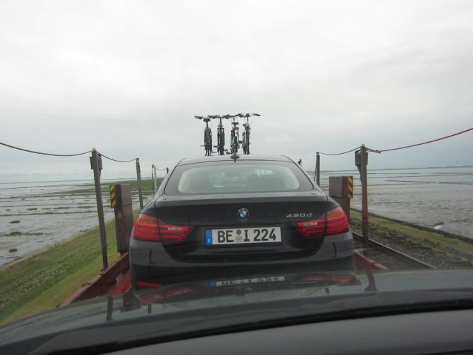 列車に乗り込んだ車内にとどまったまま海を渡ってズゥルト島へ。心高まる瞬間。