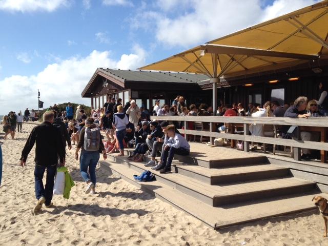 常に予約で一杯のビーチレストラン「Sansibar」。パッと見、豪華に見えないが、ここなくしてズゥルトの社交は語れないセレブ御用達の店だ。