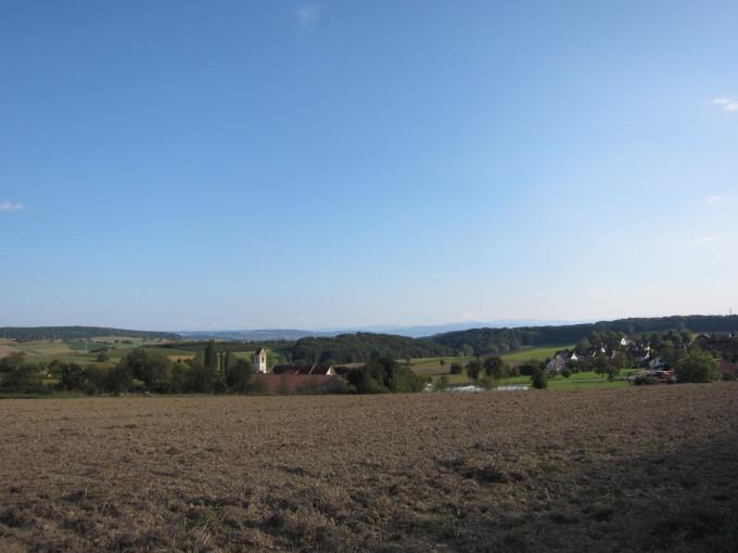 ウチの村の景色。快晴なら遠くにスイスのアルプスが見える。